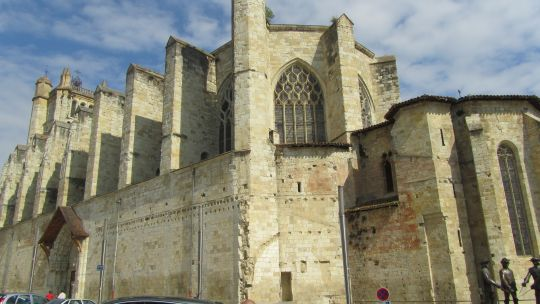 16-11  D'enormes contreforts enserrent les chapelles laterales